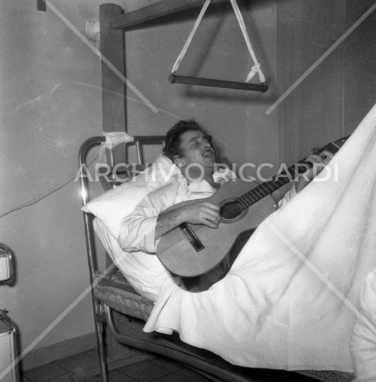 Domenico Modugno - in ospedale - 1960 - 010